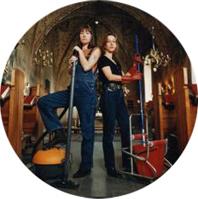 Bild på Eva och Anita Petersson i när det startade städfirman Västerorts Städservice AB